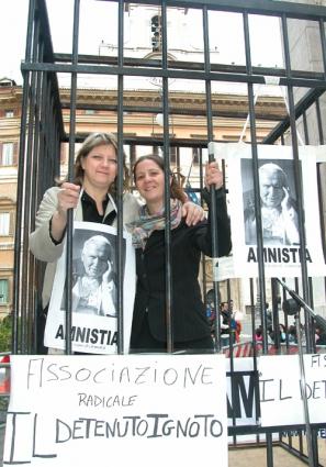Presidio radicale davanti a Montecitorio a sostegno di un provvedimento di amnistia, dopo la morte di Giovanni Paolo II. Rita Bernardini e Irene Testa