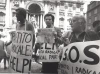 """Manifestazione davanti alla fontana di Trevi per l'autofinanziamento del Partito Radicale.  Vigevano, Stango e Stanzani indossano i cartelli: """"Partito"""