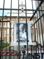 Presidio radicale davanti a Montecitorio a sostegno di un provvedimento di amnistia, dopo la morte di Giovanni Paolo II. La fotografia del Papa, con l