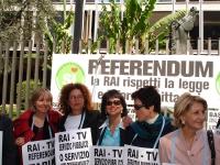 """Manifestazione davanti alla sede della RAI per il diritto all'informazione sui referendum in materia di fecondazione assistita. Cartelli: """"Rai-tv serv"""