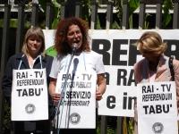 Manifestazione davanti alla sede della RAI per il diritto all'informazione sui referendum in materia di fecondazione assistita. Da sinistra: Rita Bern