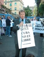 """Lucio Malan (senatore di Forza Italia) al microfono, tiene il cartello: """"Cuba no es libre"""", nel corso di una manifestazione per la libertà, il diritto"""