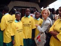 """Emma Bonino fra alcuni ragazzi che indossano una t-shirt con la scritta: """"I say no to female circumcision"""" (in occasione di una conferenza sulle mutil"""