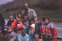 Antonio Russo fra un gruppo di bambini kosovari. 4 copie su carta (conservate nella cartella delle foto grandi) (Simile alla foto: 5499)