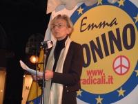 Comizio di Emma Bonino, in occasione delle elezioni comunali, davanti al logo della lista.