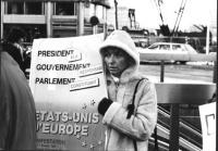 manifestazione radicale in occasione del vertice dei capi di Stato. Emma Bonino con cartello per gli stati Uniti d'Europa prima di essere portata via