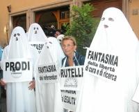 Manifestazione di radicali travestiti da fantasmi. Emma Bonino, davanti alla sede della Margherita, tra i fantasmi della libertà di ricerca scientific