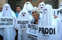 Manifestazione di radicali travestiti da fantasmi. Emma Bonino, davanti alla sede dell'Unione,  tra il fantasma della laicità, il fantasma Berlusconi,