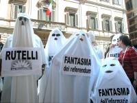 Manifestazione di radicali travestiti da fantasmi. Davanti alla sede di Berlusconi in via del Plebiscito, il fantasma dei refendum, il fantasma dell'i