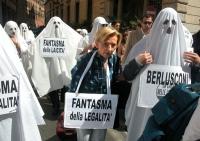 """Manifestazione di radicali travestiti da fantasmi. Emma Bonino partecipa al corteo indossando il cartello del """"fantasma della legalità"""". Si vedono: il"""