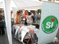 """Banchetto radicale per i quattro sì ai referendum, in occasione di una manifestazione a Campo dei Fiori, organizzata dal quotidiano """"Il Riformista"""". ("""