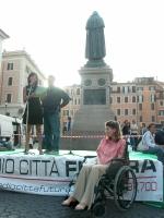 Sabrina Di Giulio (membro dell'Associazione Luca Coscioni, malata di sclerosi laterale amiotrofica) partecipa alla manifestazione organizzata dal quot