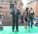 """Alfredo Biondi interviene sul palco,  in occasione di una manifestazione a Campo dei Fiori, organizzata dal quotidiano """"Il Riformista"""", per il sì ai r"""