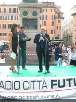 """Antonio Del Pennino interviene sul palco,  in occasione di una manifestazione a Campo dei Fiori, organizzata dal quotidiano """"Il Riformista"""", per il sì"""