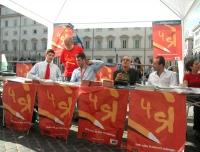 Presidio radicale davanti a palazzo Chigi, perchè siano ripristinate condizioni di legalità per le prossime votazioni sui referendum. Al tavolo: Danie