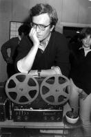 Negli studi di Radio Radicale, Paolo Vigevano ritratto appoggiato su un registratore a nastro della Radio. In secondo piano, Rita Bernardini. (BN) ori