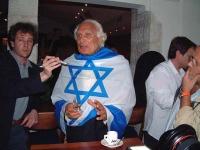 Marco Pannella, in missione per la campagna radicale per l'ingresso di Israele nell'Unione Europea, indossa la bandiera israeliana. (E' in sciopero de