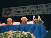 Marco Pannella, in missione per la campagna radicale per l'ingresso di Israele nell'Unione Europea, al tavolo di presidenza del 34° Congresso sionista