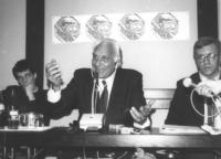 Pannella presiede un'assemblea, probabilmente a Budapest, con Dupuis, Vigevano  e Lensi (chiedere Dupuis) (BN)  5 foto analoghe.