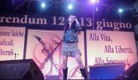 """La cantante Mietta durante il concerto a piazza Navona, promosso dal """"Comitato di donne laiche"""" per il sì ai referendum."""