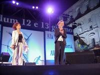 """Alda D'Eusanio ed Emma Bonino sul palcoscenico del concerto a piazza Navona, promosso dal """"Comitato di donne laiche"""" per i sì ai referendum."""