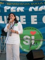 """Manifestazione di chiusura della campagna per i referendum in materia di procreazione assistita. Al microfono: Monica Soldano (Associazione """"Madre pro"""