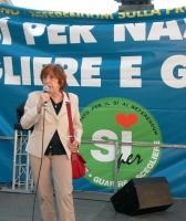 Manifestazione di chiusura della campagna per i referendum in materia di procreazione assistita. Al microfono: Chiara Valentini (giornalista).