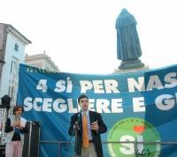 Manifestazione di chiusura della campagna per i referendum in materia di procreazione assistita. Striscione sotto il monumento a Giordano Bruno a Camp