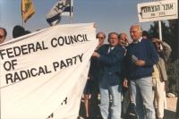 Pannella insieme a Modugno che regge il banner del consiglio federale del PR, durante la cerimonia di interramento di un albero in Israele. Sullo sfon