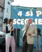 Manifestazione di chiusura della campagna per i referendum in materia di procreazione assistita. Bianca Berlinguer e Fausto Bertinotti.