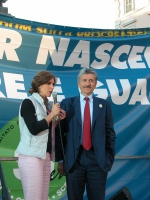 Manifestazione di chiusura della campagna per i referendum in materia di procreazione assistita. Bianca Berlinguer e Massimo D'Alema.