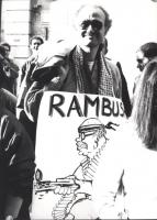 """""""D'Elia con al collo cartello con vignetta di Forattini e scritta """"""""Rambush"""""""" durante una manifestazione sotto la sede de """"""""Il M"""