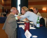 """Emma Bonino abbraccia Gianfranco Spadaccia, in occasione dell'assemblea postreferendaria: """"Che fare?""""."""