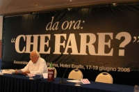 """Marco Pannella seduto al tavolo di presidenza dell'assemblea postreferendaria """"Che fare?""""."""