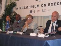 Presentazione presso la sede di Torre Argentina, del rapporto 2005 sulla pena di morte. Da sinistra: Elisabetta Zamparutti; il presidente del Senegal,