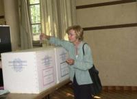 Emma Bonino, al seggio elettorale, vota sui quattro referendum in materia di procreazione assistita.  (solo bassa definizione. Foto Agf).