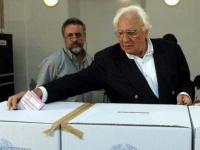 Marco Pannella vota sui quattro referendum in materia di procreazione assistita.  (Foto ANSA) - solo bassa definizione
