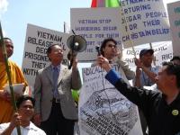 """Kok Ksor e Matteo Mecacci nel corso di una manifestazione del popolo montagnards per la libertà e la democrazia in Vietnam. Si legge in un cartello: """""""
