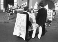 """""""manifestazione davanti all'ambasciata polacca. Striscione """"""""Solidarnosc"""""""" e cartelli: """"""""diritto a riunirsi e a manifestare in Polonia"""""""" (BN) importan"""