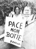"""""""manifestazione radicale di fronte all'ambasciata della Germania Est. Rosa Filippini con cartello: """"""""pace, non botte. PR"""""""" e Giuseppe Rippa con cartel"""