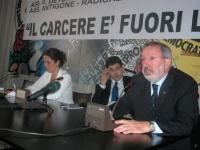 """""""Il carcere è fuori legge?"""". Incontro-dibattito sul carcere, presso la sede di Torre Argentina. Al tavolo, in primo piano: Enrico Buemi (SDI). Accanto"""