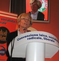 """Convenzione SDI-Radicali. Alla tribuna: Emma Bonino. Sul bordo della tribuna si legge:: """"Convenzione laica, socialista, radicale liberale""""."""