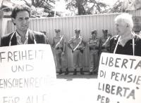 Rutelli, con cartello al collo in tedesco (libertà di pensiero e di coscienza per tutti), manifesta davanti all'ambasciata della Germania Est a Roma.