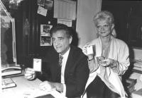 ritratto di Teddy Reno e Rita Pavone, entrambi cantanti e iscritti PR, mostrano la tessera del partito del 1986. (BN) ottima
