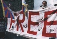 Manifestazione per la libertà del Tibet all'ONU di New York. Marino Busdachin tiene uno striscione.  [fondo busda]