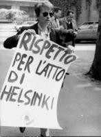 """""""Emma Bonino con cartello al collo: """"""""rispetto per gli atti di Helsinki. PR"""""""" (BN) ottima"""""""