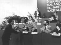 Il rappresentante del Dalai Lama a Ginevra Gyaltzen Gyaltag stringe la mano ad Emma Bonino durante il 2° congresso italiano PR.  Alla presidenza anche