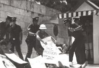 """""""manifestazione sit-in radicale a favore di un obiettore di coscienza greco imprigionato e condannato. Manifestanti con cartelli al colo: """"""""life, pace"""