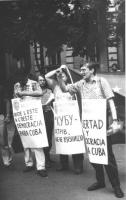 """""""manifestazione a Mosca per i diritti umani a Cuba. Khramov e altri militanti radicali con cartelli al collo: """"""""desde l'este a l'oeste: democracia par"""