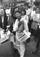 Pina Grassi (?) con copie di Notizie Radicali tra la folla di un comizio di Pannella (BN) buona